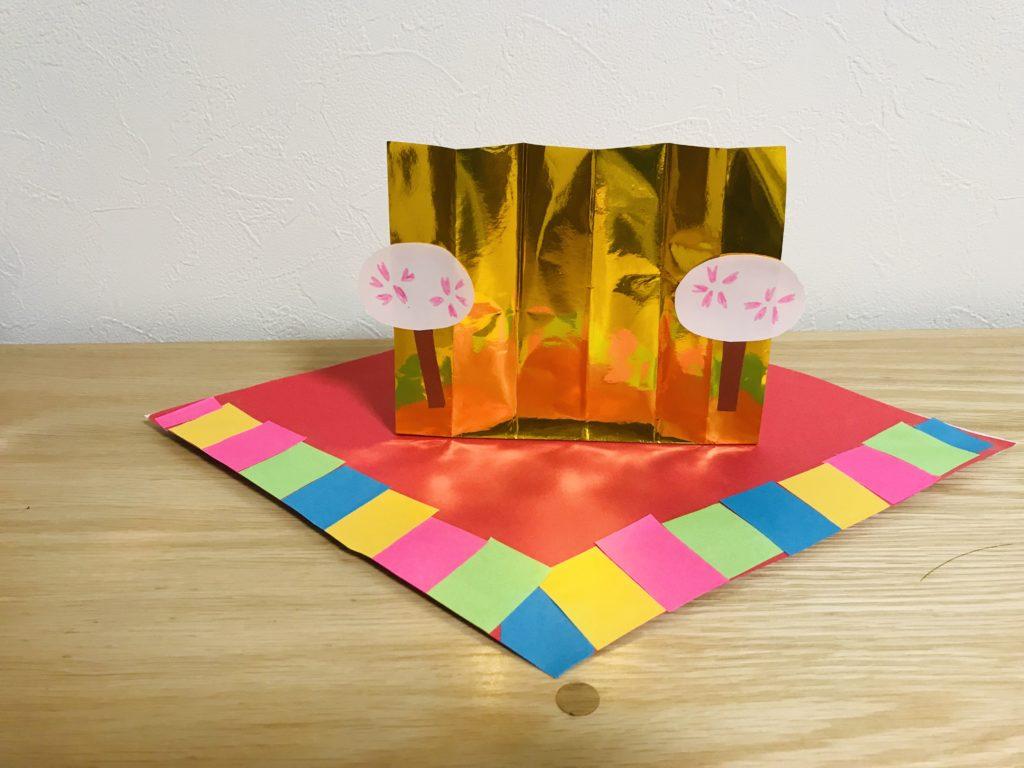 金屏風にぼんぼりを貼り付ける・ひな人形製作